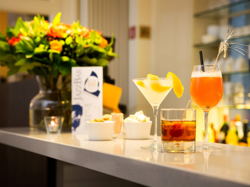 You can choose from a wide range of delicious drinks and snacks at the Hotel Navarra bar.